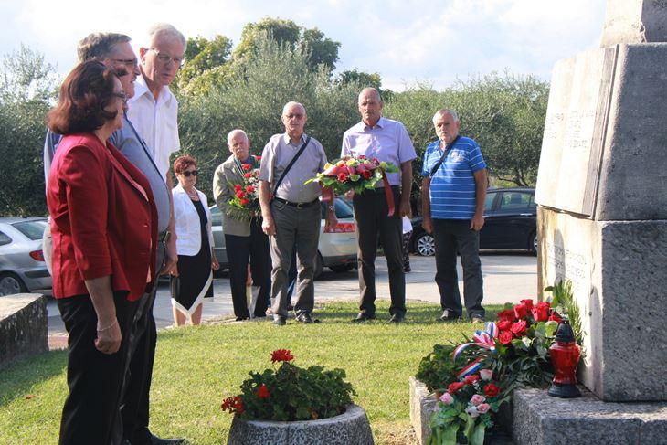 Delegacije antifašista položile su na spomenik vijence i cvijeće (L. JELAVIĆ)
