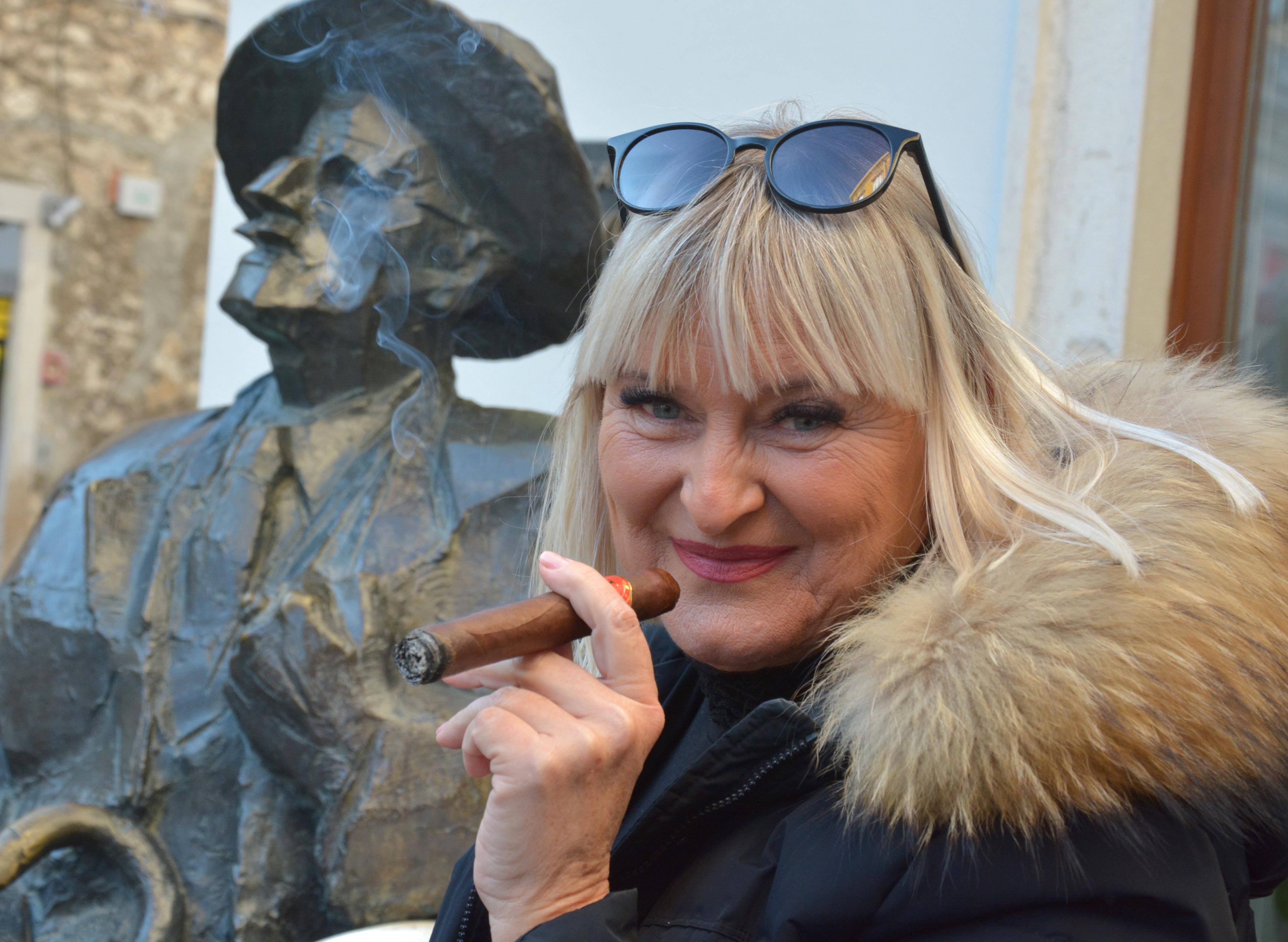 žena koja pušta muškarcu pušenje