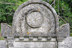 Legenda vezana za nadgrobni spomenik gračaškog nadžupnika Godenich de Godenberga (+1841.) krase ga brojni ezoterički simboli - neobična zmija, trokut, Sunce, lubanja s prekriženim kostima
