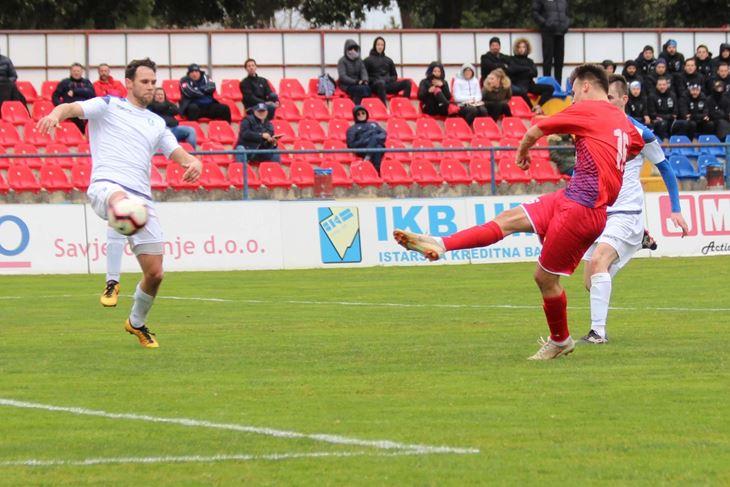 VODSTVO - Giulijano Pierebon postiže pogodak za Novigrad (M. GAVRAN)