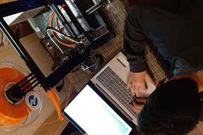 Za svaki vizir treba pet sati - Lukas Modrušan uz svoj 3D printer