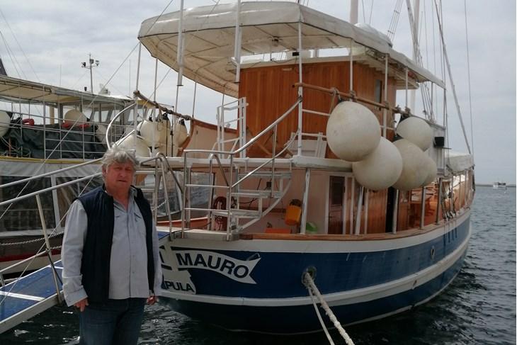 Porečki brodar Boris Jugovac i njegov brod Sveti Mauro (Bojan ŽIŽOVIĆ)