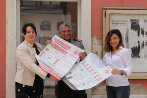Građu vezanu za pandemiju koronavirusa v. d. ravnateljici Muzeja Tajani Ujčić predali su predstavnici rovinjskog Stožera civilne zaštite i Crvenog križa Evilijano Gašpić i Dajana Medić