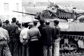 Trst, 2. svibnja 1945. - partizanski tenkovi tipa Stuart iz sastava 1. tenkovske brigade okruženi  građanima (Arhiv: Vojni muzej)