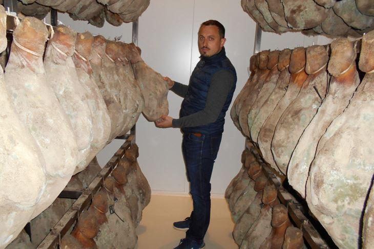 U prvoj proizvodnoj seriji pršutana Daniele napunjena je sa 500 butova (Davor ŠIŠOVIĆ)