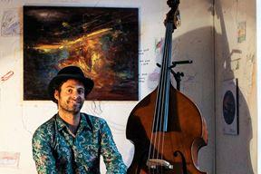 Vedran Ružić - U svojim projektima voli povezivati umjetnosti pošto je ujedno diplomirao na Akademiji primijenjenih umjetnosti u Rijeci, smjer slikarstvo