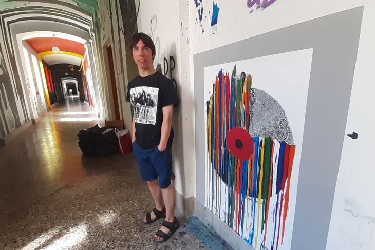 Valent Hrvatin uz svoj mural u Rojcu (Zvjezdan STRAHINJA)