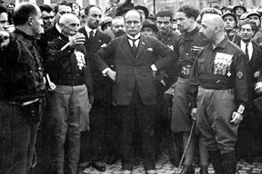 Mussolini sa skvadristima za vrijeme Marša na Rim, dvije godine nakon pulske epizode