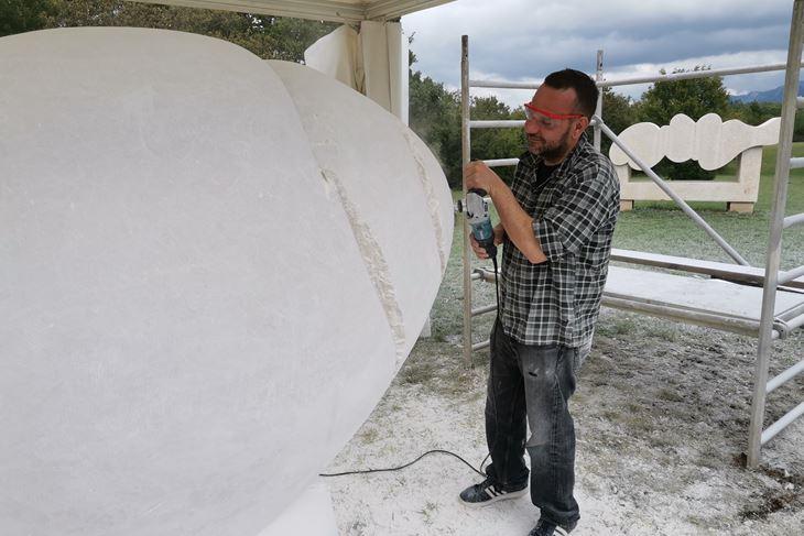 Denis Krašković radi na skulpturi Puža (B. BIOČIĆ)