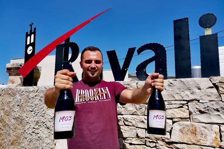 "Francesco Ravalico s vinom kojim je ""s desetkom položio ispit"" pred familijom (FOTO: Vina Ravalico)"