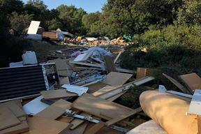 Jedno od brojnih smetlišta na Vallelungi snimljeno početkom ljetne sezone