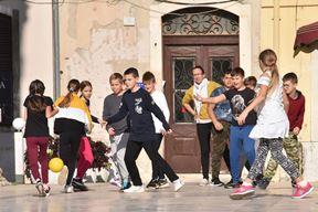 Granicar09_dam_281020.JPG 28.10.2020., Pula - Djeca se igraju granicara stare djecje igre koju su stariji igrali kad su bili mladji.foto :Dusko Marusic- Cici