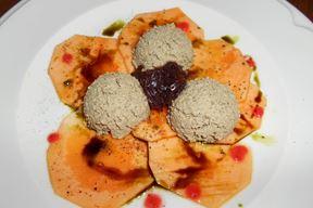 Originalni carpaccio od sirove cuke s domaćom svinjskom paštetom iz konobe Doma (Snimio Davor Šišović)
