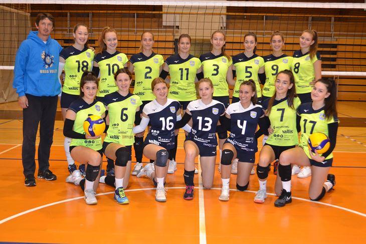 Seniorke Umaga s trenerom Ivicom Radočajem, prvim s lijeva
