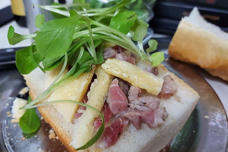 ZEMBINA ŠKOLA KUHANJA: Zarebnjakov sandwich na matovilcu i mortadeli by The Outlaw Chef