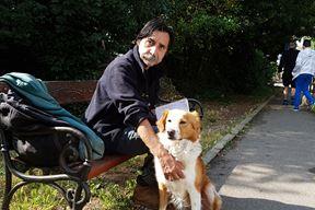 Mladen Stančir sa svojim psom Medom, snimljen u lipnju ove godine (Snimila Mirjana Vermezović Ivanović)