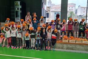 Djeca s vitaminskim paketima OPG-a Šuman