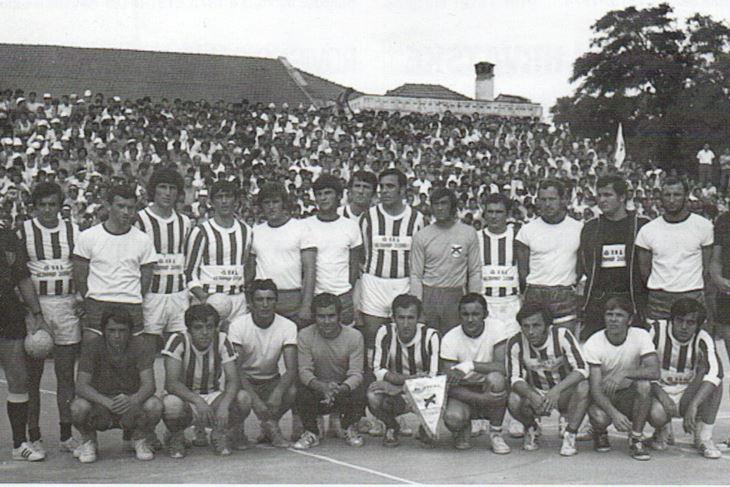 Rovinjci s ekipom Pelagonije pred kvalifikacijsku utakmicu u Bitoli (Snimio Aldo Pokrajac)