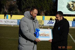David Modrušan predaje prigodnu plaketu Nenadu Bjelici (Snimio Ivica Radetić)