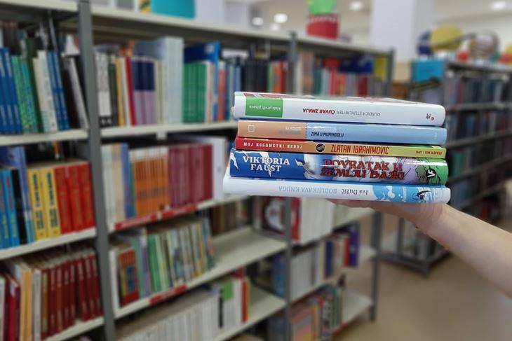 Članovi knjižnice zbog epidemioloških mjera mogu posuditi veći broj knjiga (do deset naslova) te naručiti željene naslove e-mailom ili telefonom koje mogu preuzeti u knjižnici bez čekanja