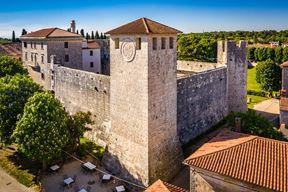 Najveći dio kulturnih manifestacija odvija se u Kaštelu Morosini Grimani
