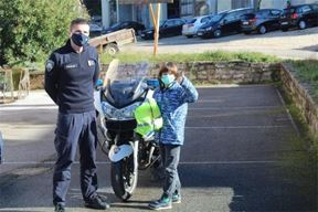Mali Karol Odobašić s policajcem u Postaji prometne policije Pula (Foto PU istarska)