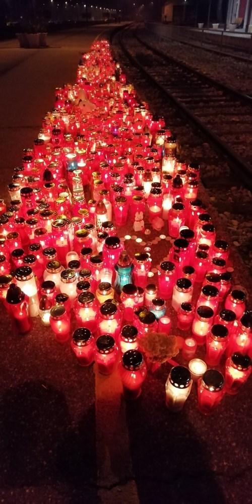 FOTO / NA STANICI U PULI Puljani se svijećama i dirljivim porukama  opraštaju od Đorđa Balaševića: MIRNO TI MORE PANONSKI MORNARU - Glas Istre