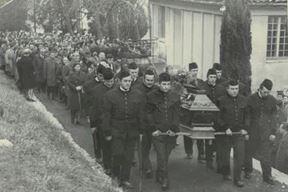 Pogreb poginulog rudara 1973., Franjo Paradi, Suzanin otac, prvi s lijeva u svečanoj rudarskoj uniformi