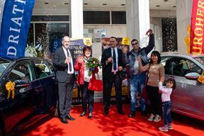 Nadiju Javoranu s Raba ključeve VW Golfa 8 uručio je direktor Podružnice Rijeka Euroherc osiguranja Davor Milas