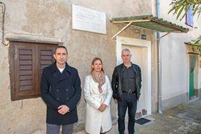 Goran Buić, Emanuela Pinzan Chiavalon i Kristijan Cinkopan ispred kuće Tone Peruška