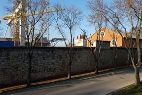 Uređenje trotoara uz arsenalske zidine Gradu (još) nije prioritet (Snimila Mirjana Vermezović Ivanović)