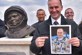 Sergey Ryazansky pored biste Jurija gagarina u Puli (Snimio Duško Marušić Čiči)