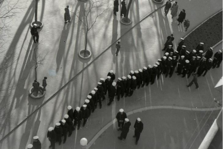 Što se to bijeli na Giardinima? Mornari u redu za kino 60-ih godina