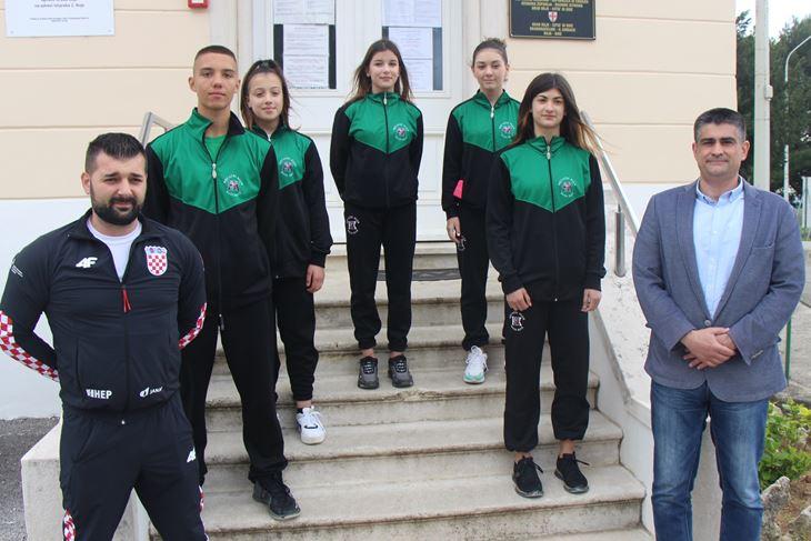 Najuspješniji bujski članovi s trenerom kod bujskog gradonačelnika (snimio: L. JELAVIĆ)
