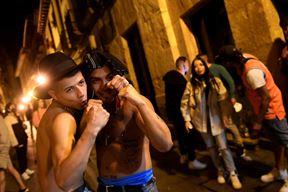 Mladi slave na ulicama u Španjolskoj (EPA)