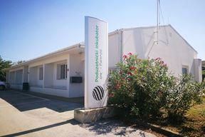 Poduzetnički inkubator Poreč smješten je u preuređenom prostoru nekadašnjeg društvenog doma u Žbandaju