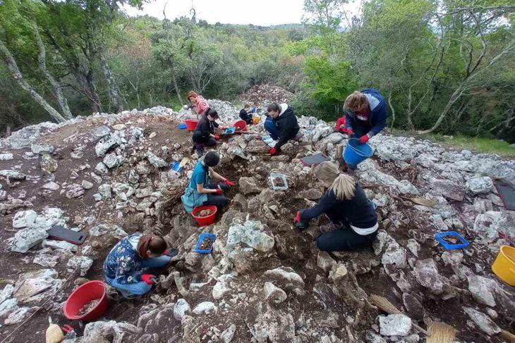 Arheolozi i studenti arheologije na istraživanju jednog od lokaliteta (Arheolologija)