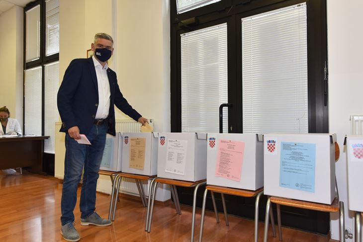 Miletić u nedjelju na glasanju (snimio D. MARUŠIĆ ČIČI)