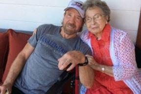 Chuck Norris sa svojom majkom (Foto: Facebook)