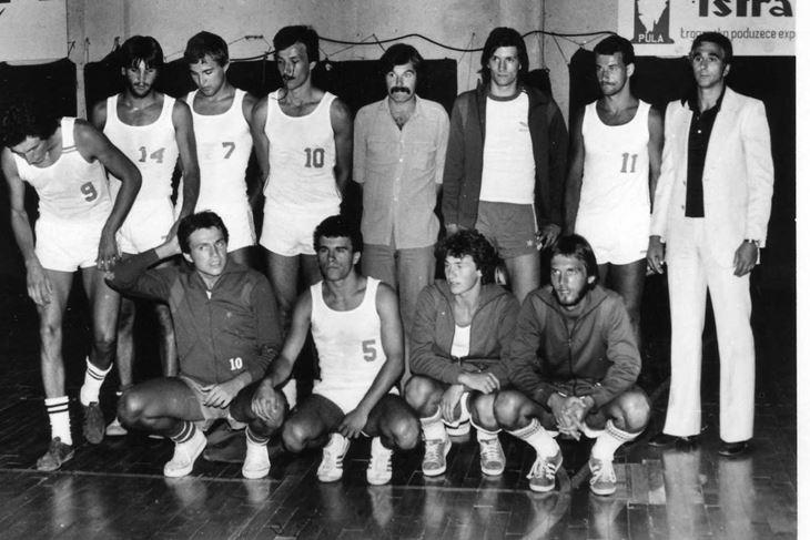 Košarkaši Stoje iz sezone 1978/79 - Stoje: Zenzerović, Kalčić, Ikić, Mišković, Sanković, Mamut, Albijanić, Jelić; čuče: Novković, Višković, Vošten i Draščić