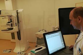 Nikica Kovacević, glavni inzenjer pulske radiologije uz novi 3D mamograf