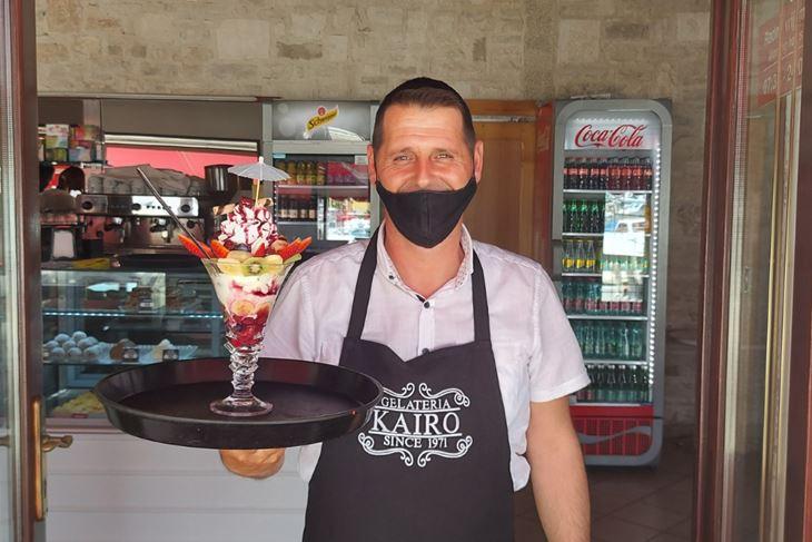 Dilaver Iljjazi i njegova preporuka Yogurt cup - sladoled od jogurta sa šlagom, ispunjen obiljem jagoda, kivija, ananasa, trešanja, višanja, s preljevom od višanja…