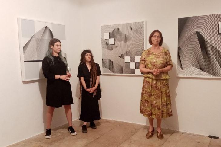 Iva Horvat, Petra Pletikos i Jerica Ziherl na otvaranju izložbe Renata Kmet