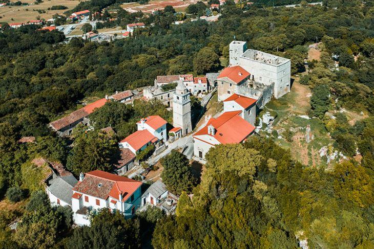 Pogled na predivan i pomalo zaboravljeni Kršan s mističnim  dvorcem (Snimio Enes Seferagić Enki)