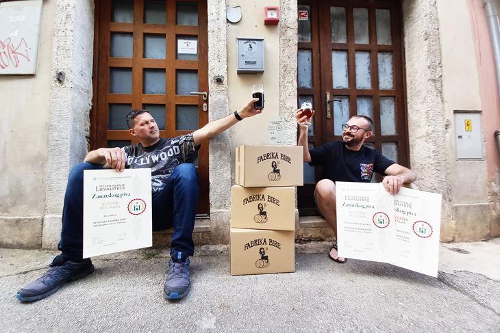 Andi Mošnja i Andrej Lui ispred Fabrike bire  (Snimila Tea Tidić)