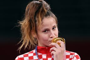 Matea Jelić na dodjeli medalja (EPA)