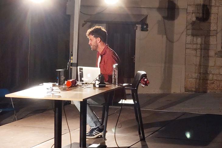 Domagoj Mrkonić kao Julijan u prizoru iz predstave (Snimio Miran Hajoš)