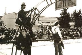 """Dušan Ćurić, 1922.-2009., sjedi na košu, igralište """"žute škole"""""""