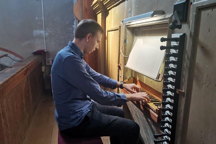 Krešimir Klarić svira na Nakićevim orguljama u Sv. Lovreču