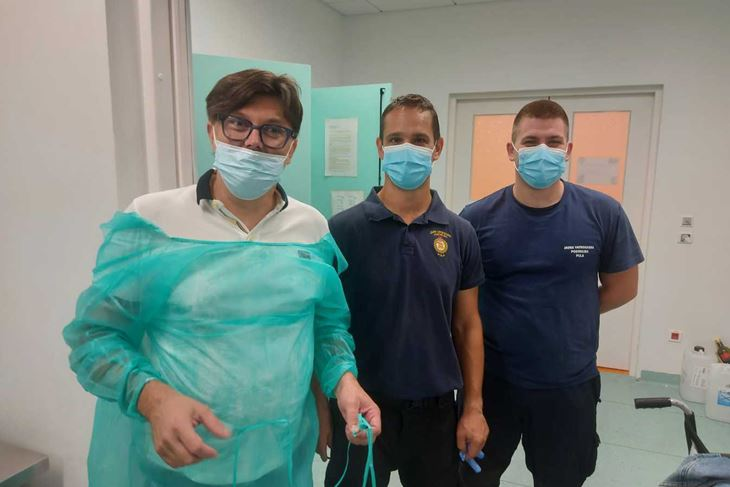 Dr. Mamontov i pulski vatrogasci nakon uspješno odrađene akcije
